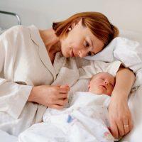 После родов сколько лежать на животе